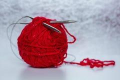 Aiguilles de tricotage et boule de laine Image libre de droits
