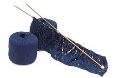 Aiguilles et fil de tricotage Images libres de droits