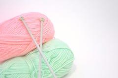 Aiguilles et fil de tricotage Image libre de droits