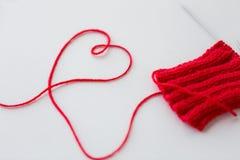 Aiguilles et fil de tricotage dans la forme de coeur Photo libre de droits