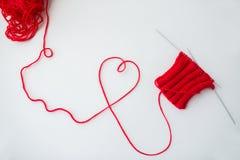 Aiguilles et fil de tricotage dans la forme de coeur Photographie stock