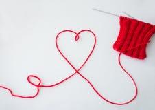 Aiguilles et fil de tricotage dans la forme de coeur Image stock