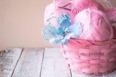 Aiguilles et fil de tricotage de vintage sur le fond en bois dans un panier Images stock
