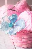Aiguilles et fil de tricotage de vintage sur le fond en bois dans un panier Photo libre de droits