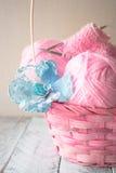 Aiguilles et fil de tricotage de vintage sur le fond en bois dans un panier Images libres de droits