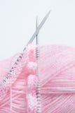 Aiguilles et laine de tricotage Photographie stock