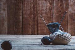 Aiguilles et laine de tricotage Photos stock
