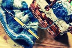 Aiguilles modifiées la tonalité de laine et de tricotage Photos libres de droits