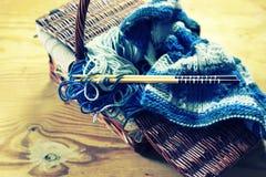 Aiguilles modifiées la tonalité de laine et de tricotage Image libre de droits