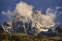 Aiguilles pasmo górskie osiąga szczyt i niebieskie niebo i czerwień chmurniejemy Obrazy Royalty Free