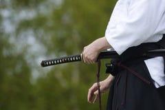 Aikido avec l'épée japonaise traditionnelle Photographie stock