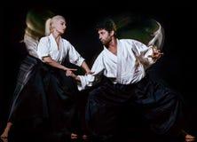 Aikido budokas mężczyzna i kobieta odizolowywali czarnego tło zdjęcie royalty free