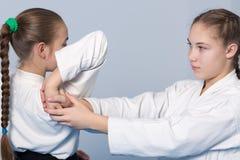 Aikido Praxis mit zwei Mädchen Stockbild