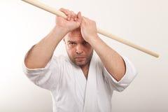 Aikidomann mit einem Steuerknüppel Stockfotos