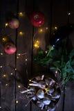 Ail avec des pommes sur un fond en bois Image stock