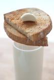 Ail avec du lait et le pain grillé Photo stock