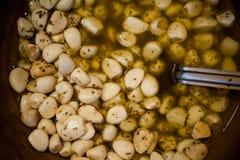 Ail et olives marinés sur le marché en plein air provencal dans les Frances images libres de droits