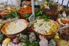 Ail et olives sur le marché en plein air de Provencal Images stock