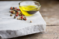 Ail et piment d'huile sur la table Photo stock