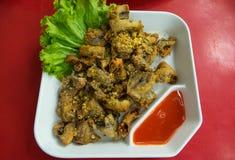 Ail frit par Chitterlings avec de la sauce chaude à chille Photos stock
