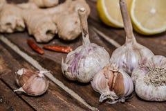 ail organique délicieux faisant cuire des préparations photo libre de droits