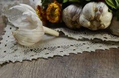Ail, peau d'ail avec des fleurs photographie stock