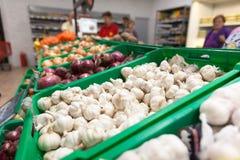 Ail sur l'étagère de légume de supermarché Photos stock