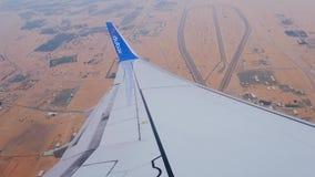Aile étroite d'avion de ligne d'atterrissage de vue contre le paysage de terrain clips vidéos