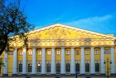 Aile d'Amirauté de maison dans le St Petersbourg dans le matin Image stock