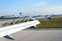 Aile d'avion avec les ailerons augmentés tout en débarquant Photographie stock