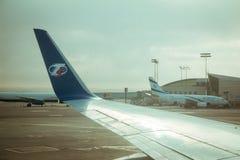 Aile d'avion commercial de ligne aérienne de Travel Service et ligne aérienne c d'El Al Photographie stock libre de droits