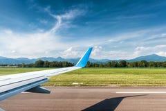 Aile d'avion dans l'aéroport Photo stock