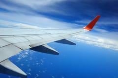 Aile d'avion dans le ciel Image stock