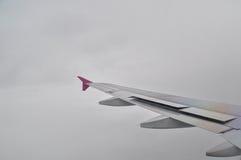 Aile d'avion dans un jour nuageux vu d'une fenêtre Photo libre de droits