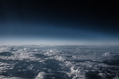 Aile d'avion en vol de la fenêtre, ciel bleu avec des nuages Image libre de droits