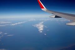 Aile d'avion et ciel bleu Images stock