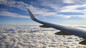 Aile d'avion ou de jet sur le beau fond de ciel bleu banque de vidéos