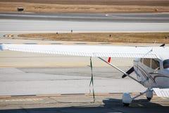 Aile d'avion privé par la piste Image libre de droits