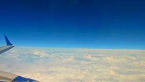 Aile d'avion sur le ciel et le nuage sur le déplacement banque de vidéos
