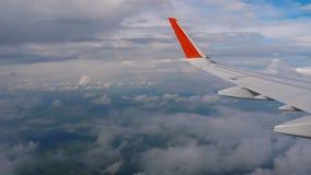 Aile d'avion sur le ciel et le nuage sur le déplacement clips vidéos