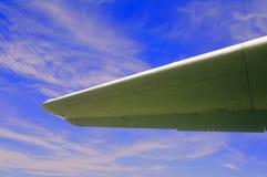 Aile d'avions sur le fond de ciel bleu photographie stock