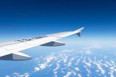 Aile d'avions sur le fond de ciel bleu, la mer Méditerranée images stock