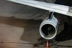 Aile d'avions, turbine et plan rapproché de châssis Chargement d'avion à l'aéroport Domodedovo la nuit Photos libres de droits