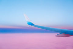 Aile d'un avion dans le coucher du soleil Photo stock