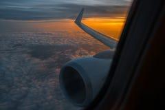 Aile d'un avion dans le lever de soleil de matin la photo pour ajoutent le message textuel ou le site Web de cadre Photo rentrée  Photo stock
