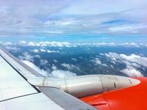 Aile d'un avion la photo pour ajoutent le message textuel ou le site Web de cadre Concept de déplacement Photographie stock libre de droits