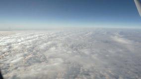 Aile d'un vol d'avion au-dessus des beaux nuages blancs banque de vidéos