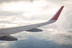 Aile d'un vol d'avion au-dessus du ciel bleu et des nuages Photographie stock libre de droits