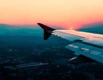 aile de cieux de vol bleu d'altitude d'aéronefs haute Image stock