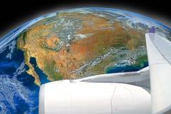 Aile de mouche d'avion au-dessus de la terre, y compris des éléments meublés par NAS Image stock
